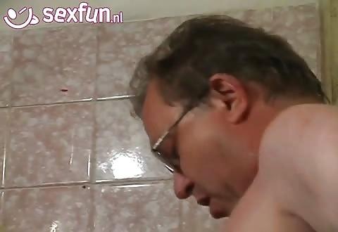 Een trio seks met 2 escort hoeren en een mature gozer