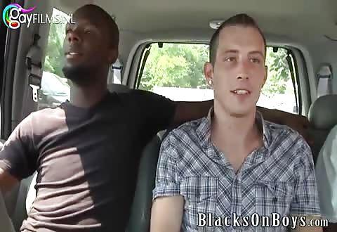 Blanke homo door 2 donkere badboys genomen
