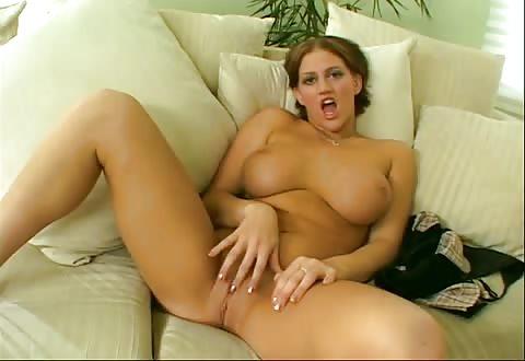 Zij showt haar big beautiful woman kalebassen speelt met haar vulva en trekt en zuigt de ruwe lid