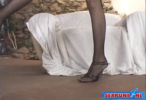 Zij duwt de seksspeeltje op haar klit en ontvangst een hoogtepunt