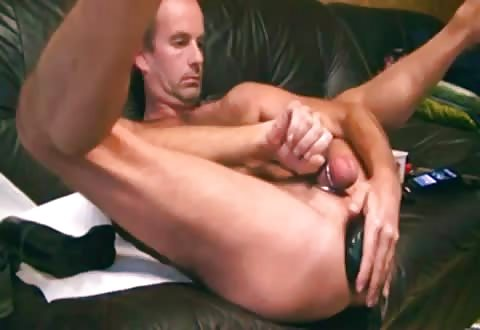 Mooie gay propt een dikke anaal dildo in zijn aars