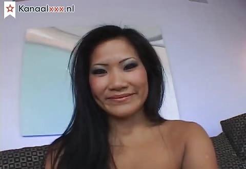 Het chinese sletje trekt de slip in haar kaal kale spleet