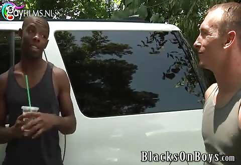 Dit is de eerste keer dat hij een zwarte jongeheer pijpt en er door aangeduwd word