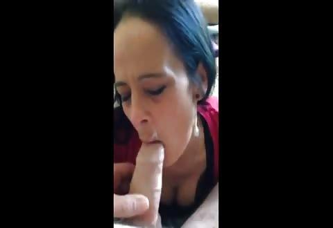 Met haar mondje vol cum pijpt ze verder