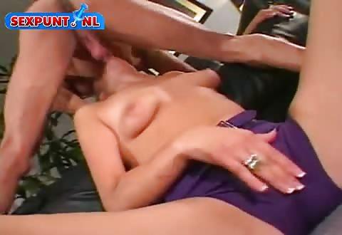 Seksueel grenzeloos blondje gepaald door dikke fallus