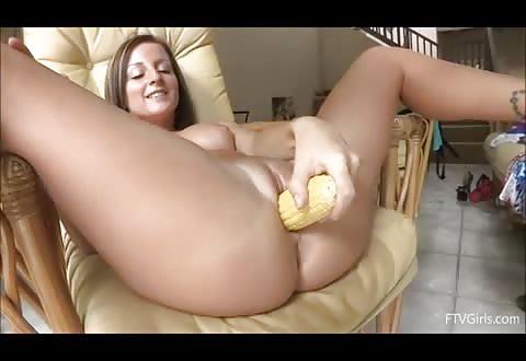 Gezonde sletterige bitch naait haar doos met maiskolf