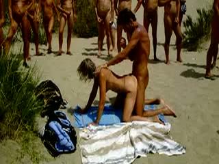 Neuken met publiek op een nudistenstrand