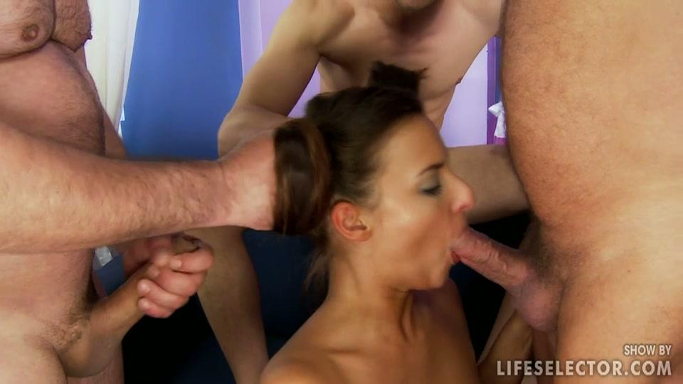 Oudere mannen neuken haar mondje en vullen het met sperma