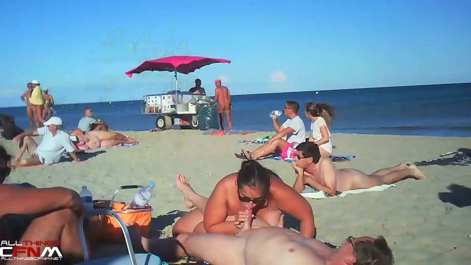 Pijpen en aftrekken op het naakt strand