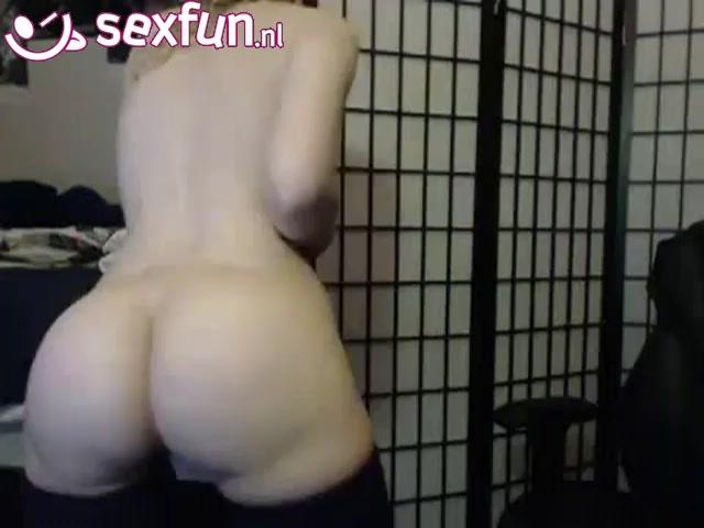 Ze showt haar ronde billen voor de webcam