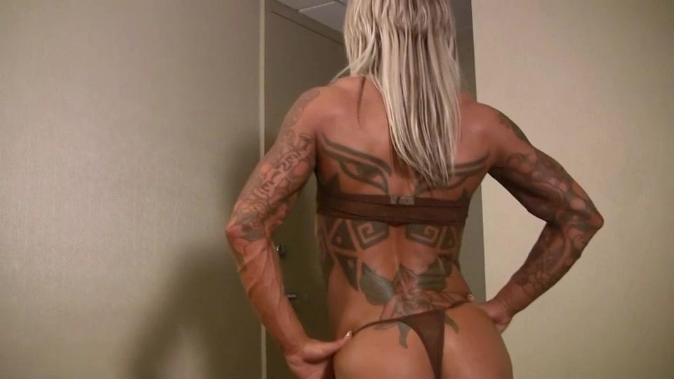 Sexy gespierde blonde babe