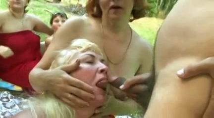 Een mature orgy in de buitenlucht