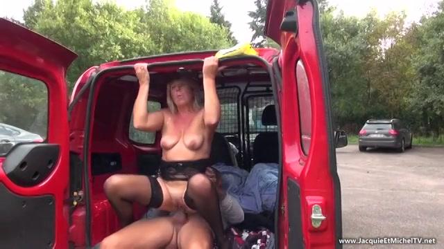 Geile amateur hoer laat zich anaal nemen in de achterbak