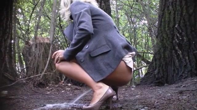 Plassende vrouwen in het bos die stiekem gefilmd worden