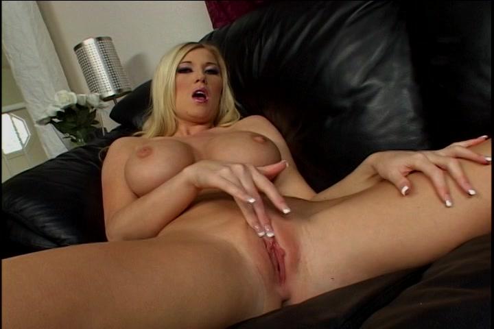 Blond geil sletje mastubeerd en krijgt een orgasme