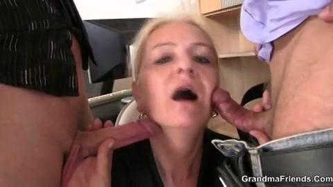 Twee jongemannen laten zich pijpen door de oudere dame en neuken haar