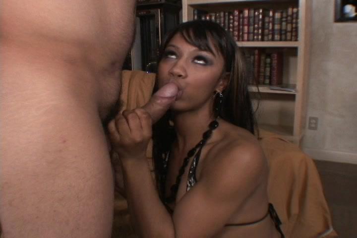 Met haar mondje maakt de Ebony de stijve lul nat die haar neukt