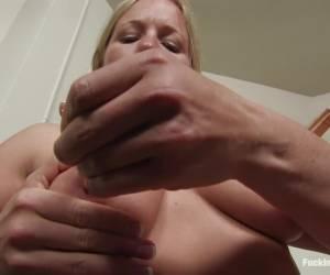 Lady in pink schudt wat met haar geile kontje