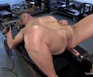 Heerlijk mooi geschoren natte vagina wordt goed doorgeneukt