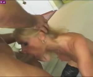 Een orgy met twee blonde bisex sletten