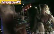 Zaal vol vrouwen geneukt door stripper