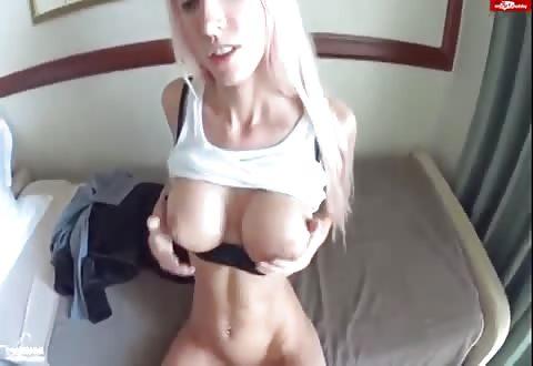Smalle blonde hoer ontvangst haar flamoes vol cum