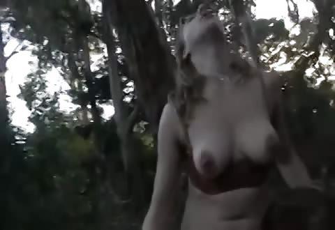 Mollige lesbi beft bebost flamoes in de bossen